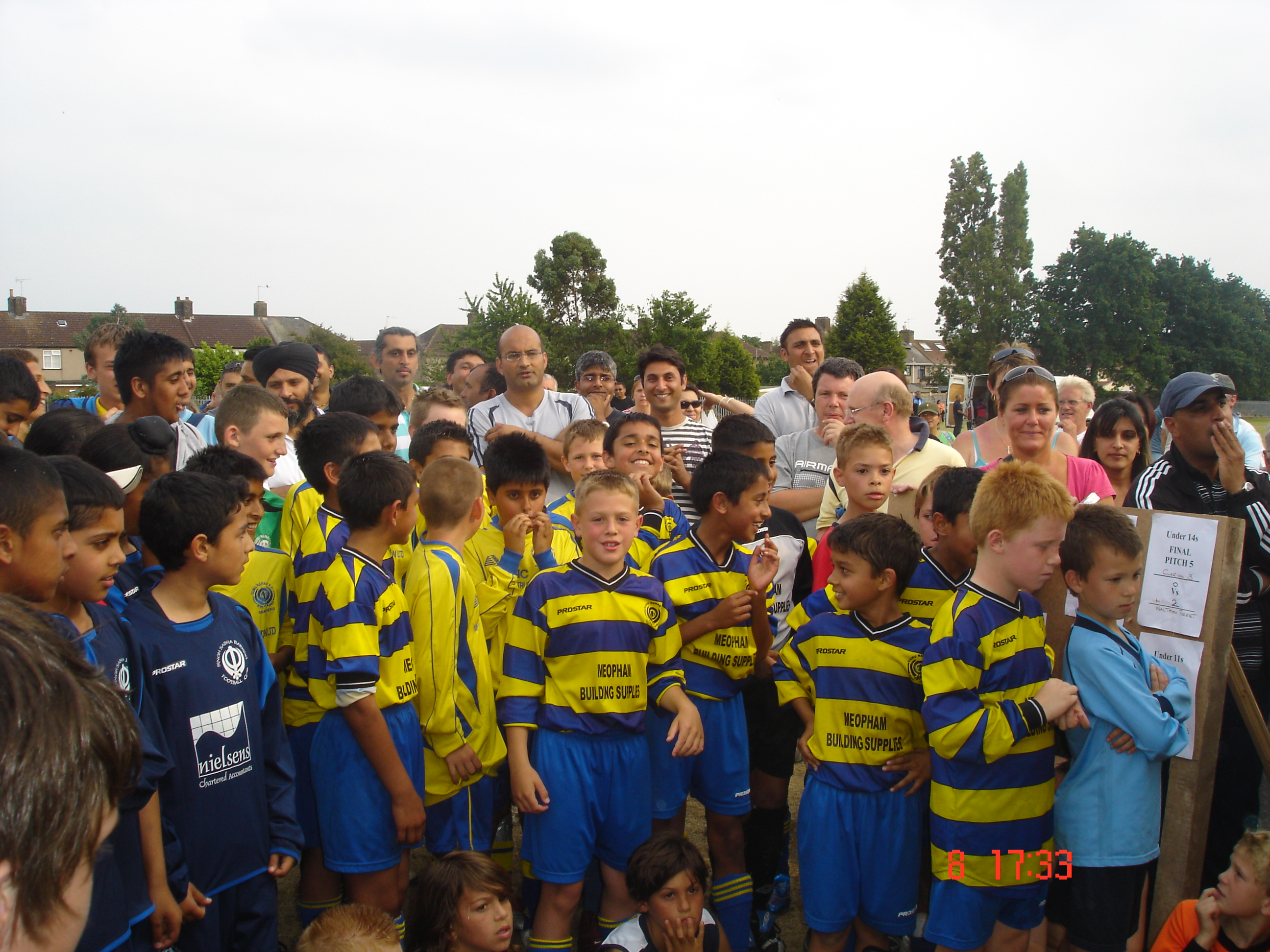 U10s wait to receive their gongs! - Barking 2007